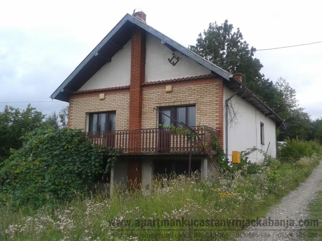 kuća ispred